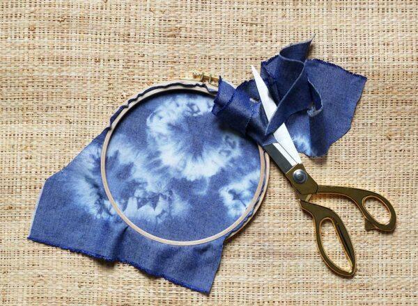 Vissez le cercle à broder et découpez le tissu qui dépasse